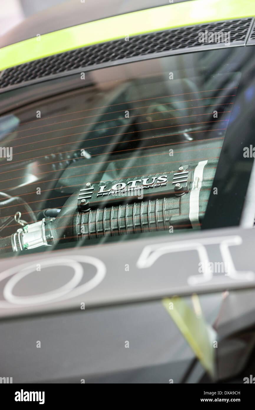 Blick auf den glasüberdachten Motor eines Lotus-Sportwagens auf der Motorshow in Zürich. Stockbild