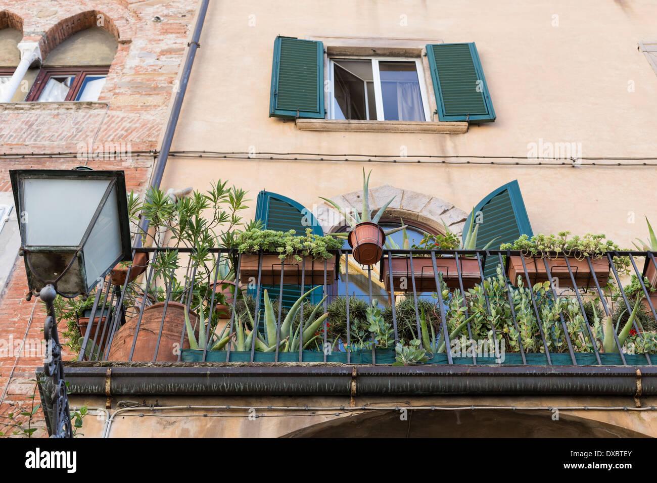 typical italian balcony stockfotos typical italian balcony bilder alamy. Black Bedroom Furniture Sets. Home Design Ideas