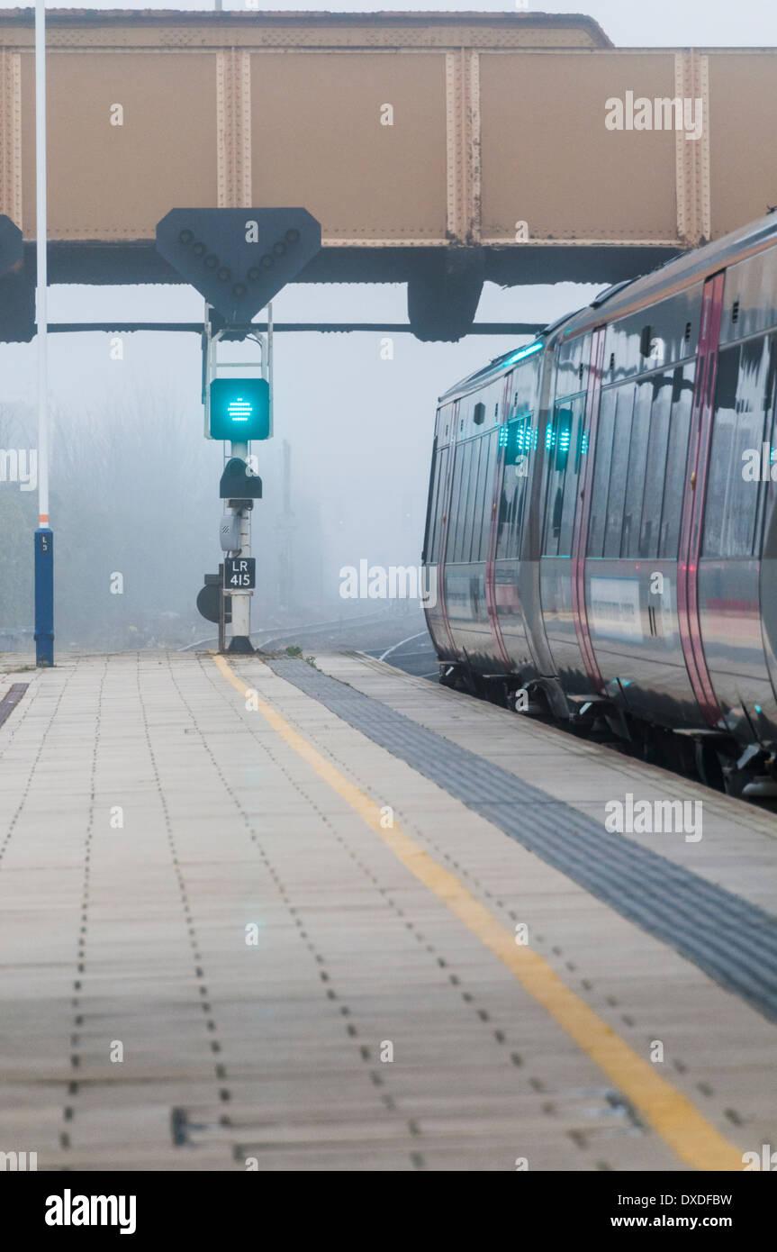 Cross country Züge der Regionalbahn verlassen Leicester Hauptbahnhof an einem nebligen Tag Stockbild