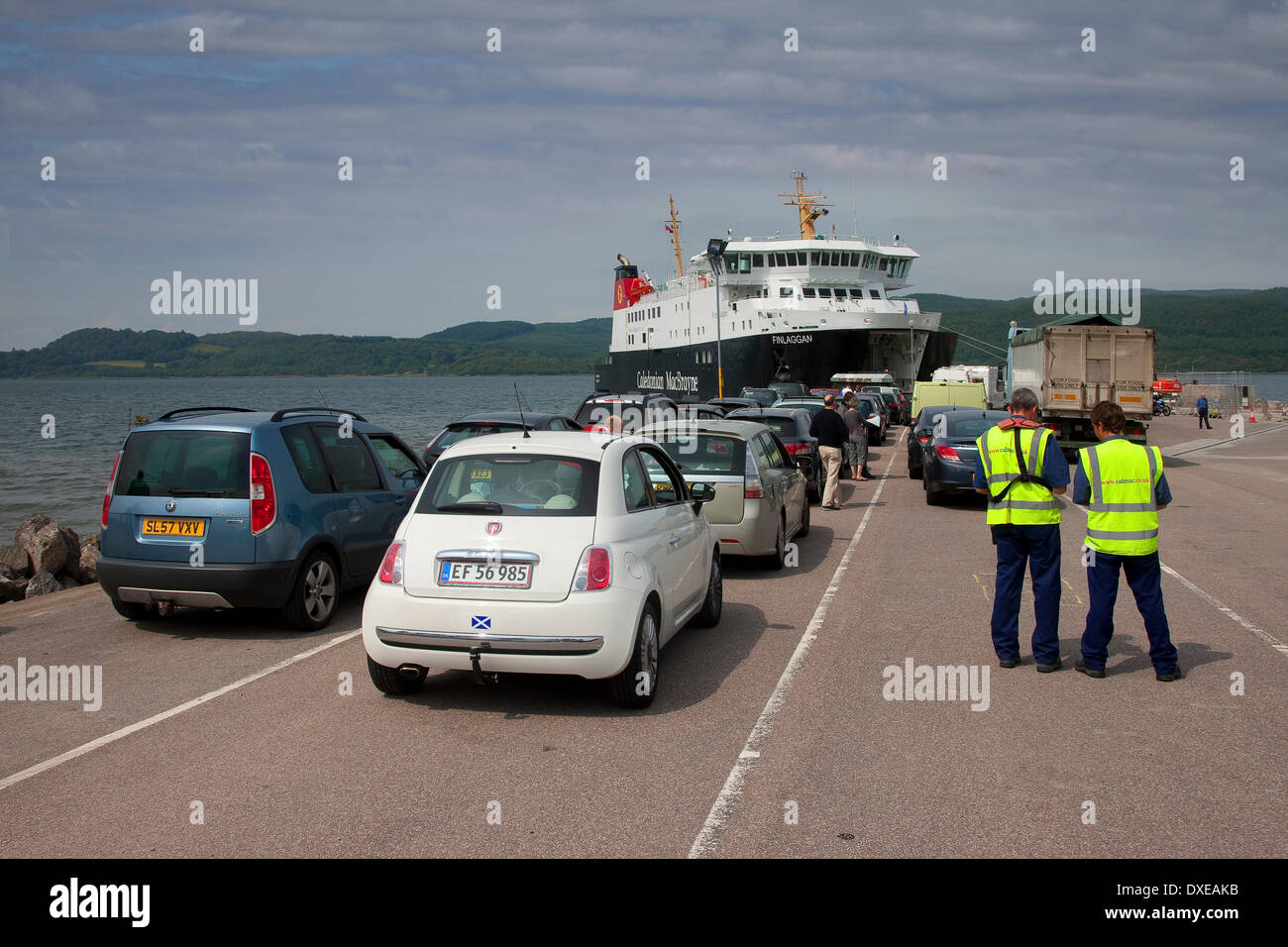 """Autos auf Caledoniann MacBrayne Schiff """"MV Finlaggan"""" am Kennicraig Pier West Loch Tarbert geladen wird. Stockbild"""