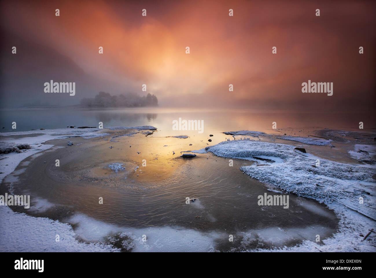 Dramatischen Sonnenuntergang über Loch Shiel, Glenfinnan, Lochaber, Schottisches Hochland. Stockbild