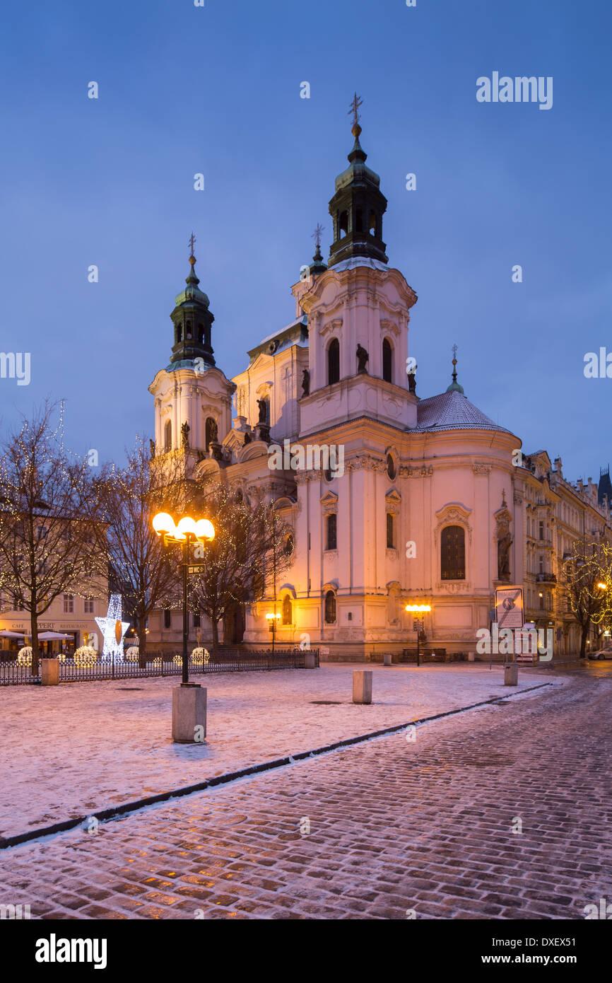 die Kirche des Heiligen Nikolaus mit ein paar Brocken von Schnee und Weihnachtsbeleuchtung in der Altstädter Stockbild