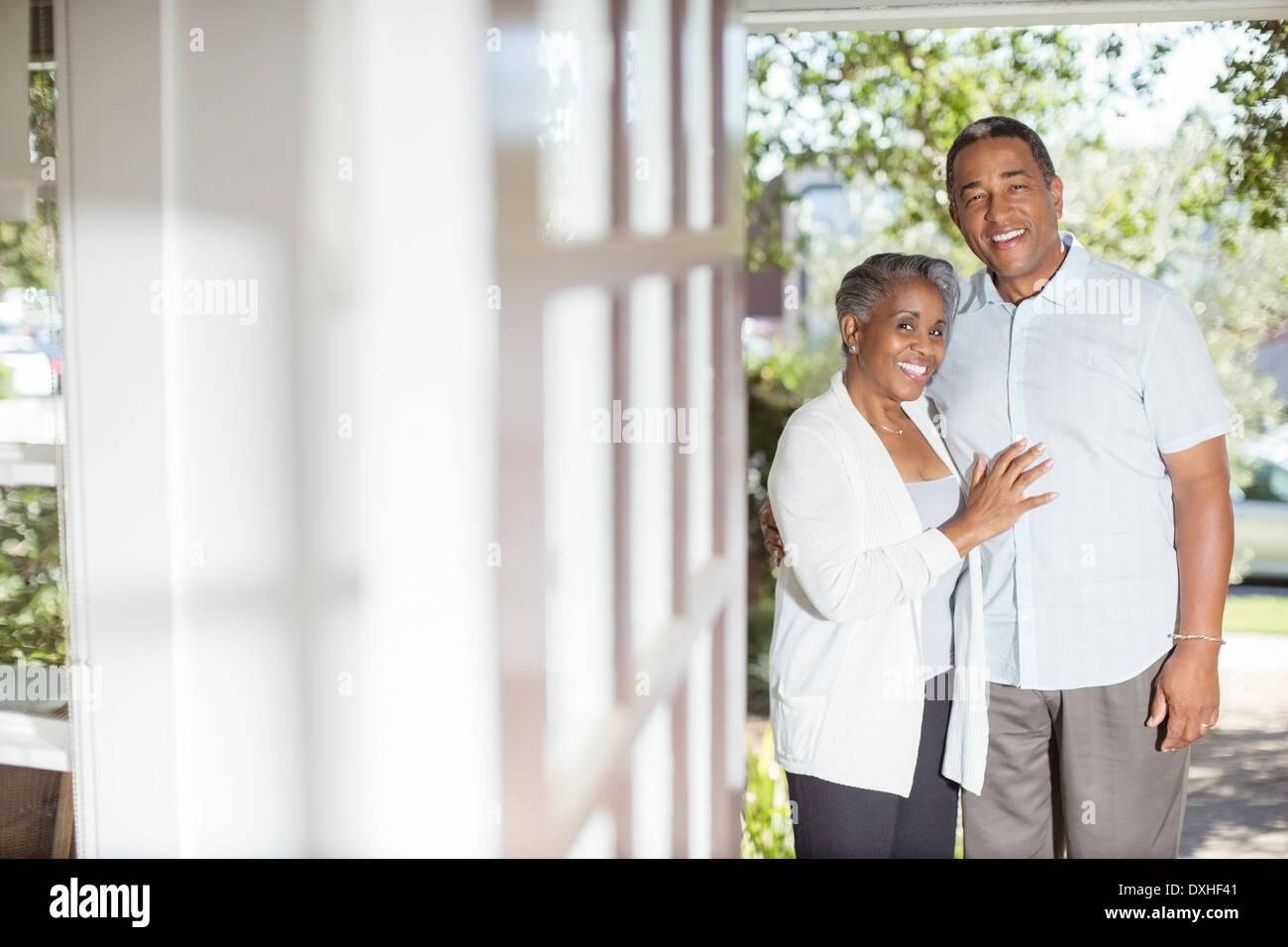 Porträt des Lächelns älteres Paar in Tür Stockbild