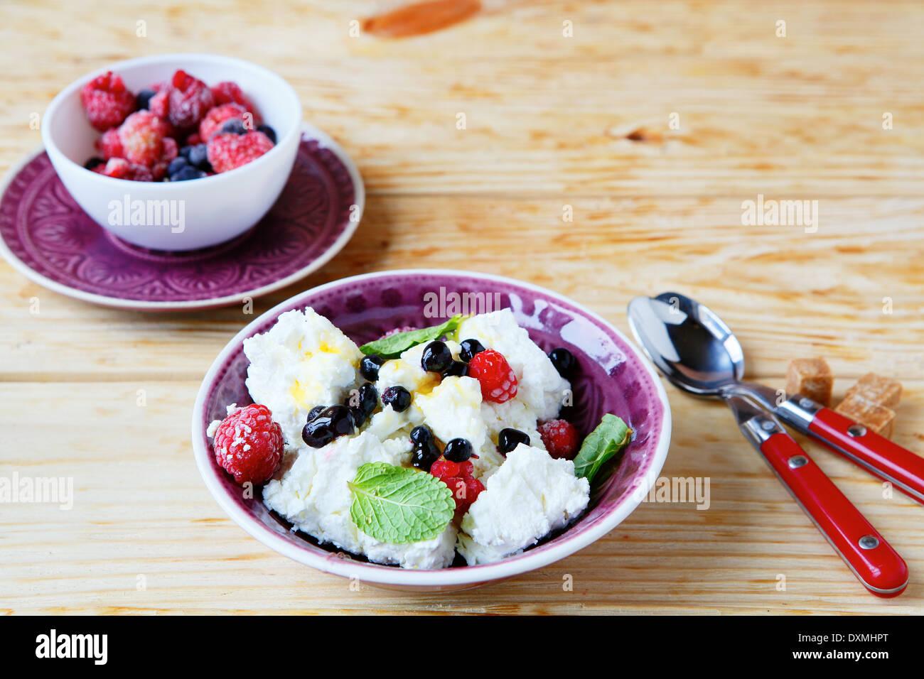 Frühstück Quark und Beeren, Essen Nahaufnahme Stockbild
