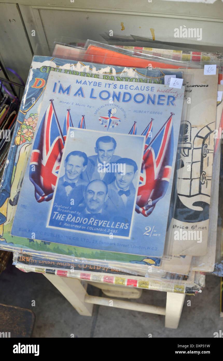 """Alten Liederbuch für """"Vielleicht ist es weil ich bin ein Londoner"""" angezeigt außen Trödelladen, Stockbild"""