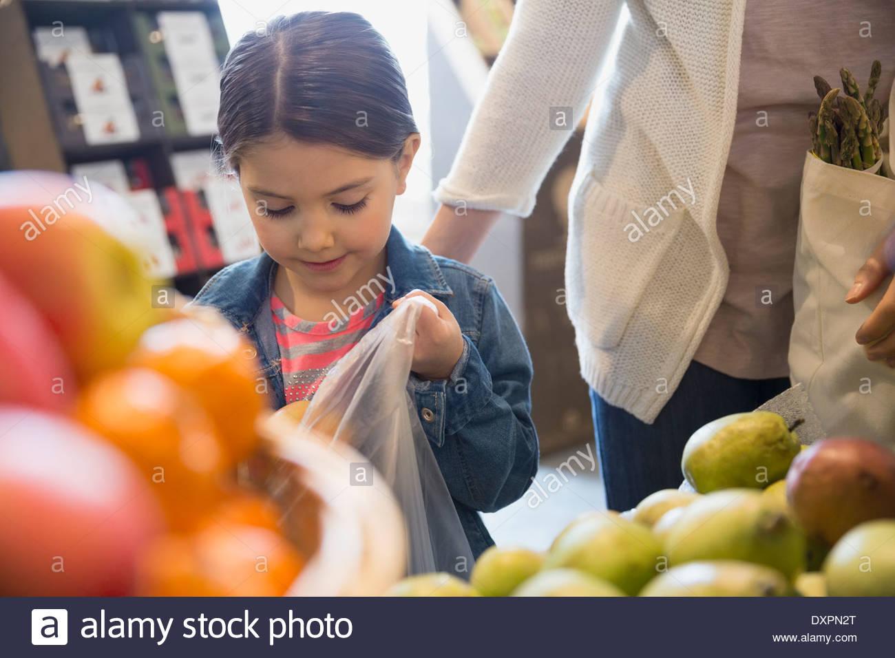 Mädchen Absacken produzieren im Markt Stockbild