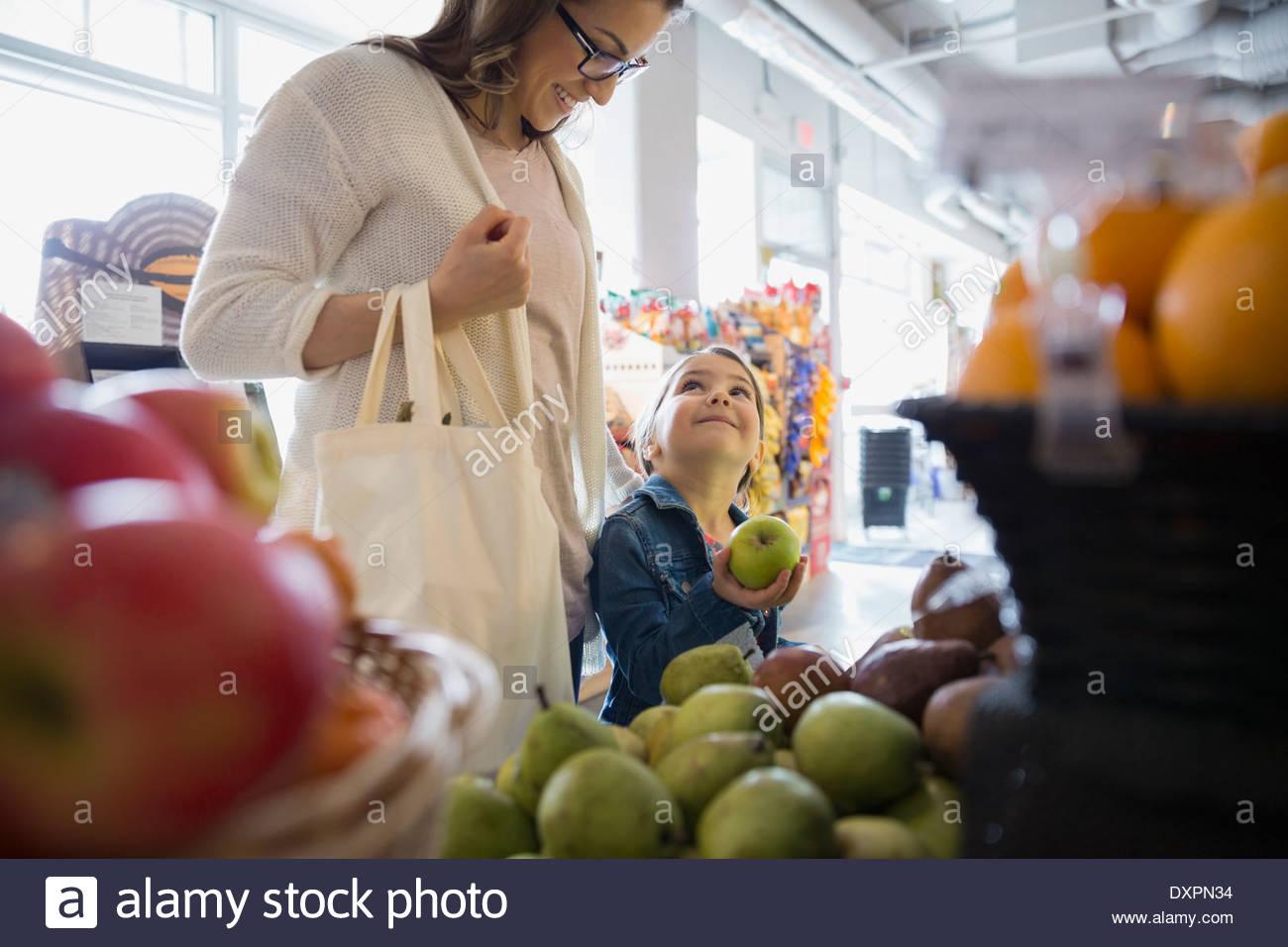 Mutter und Tochter für Produkte im Markt einkaufen Stockbild