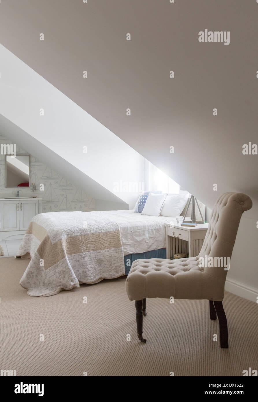 Bett unter Fenster im Schlafzimmer Dachgeschoss Stockbild