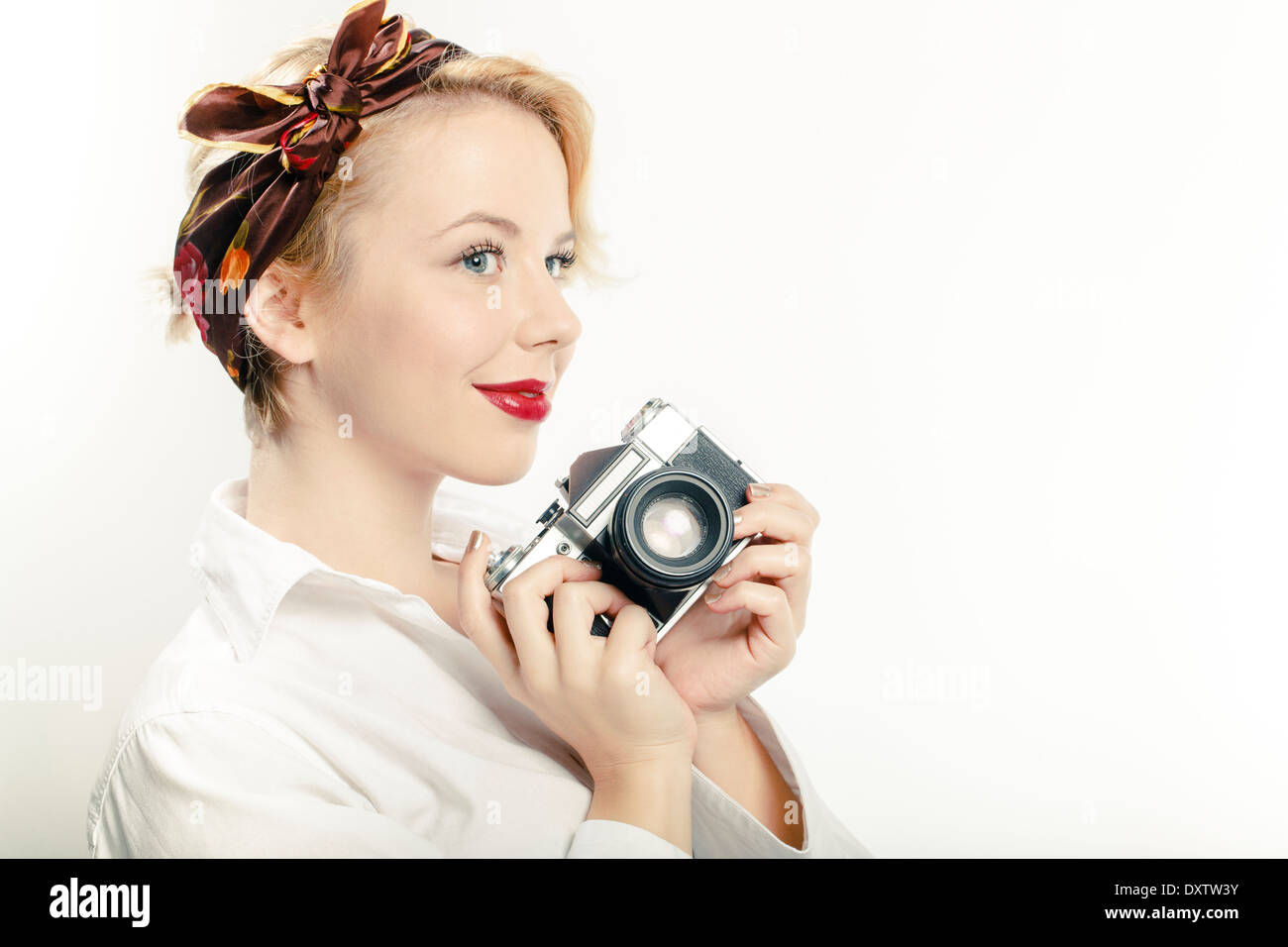 Junge Frau mit Fotokamera, Porträt Stockbild