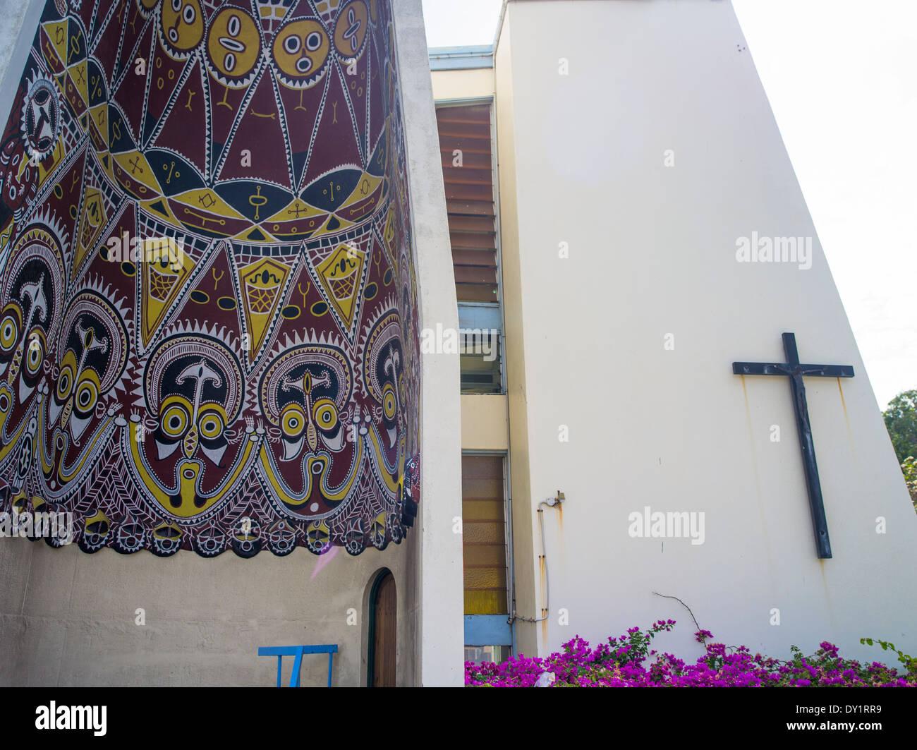 Str. Marys katholische Kirche mit Eingangsportal im Stil der Sepik Haus Tambaran, Port Moresby. Papua-Neu-Guinea Stockbild