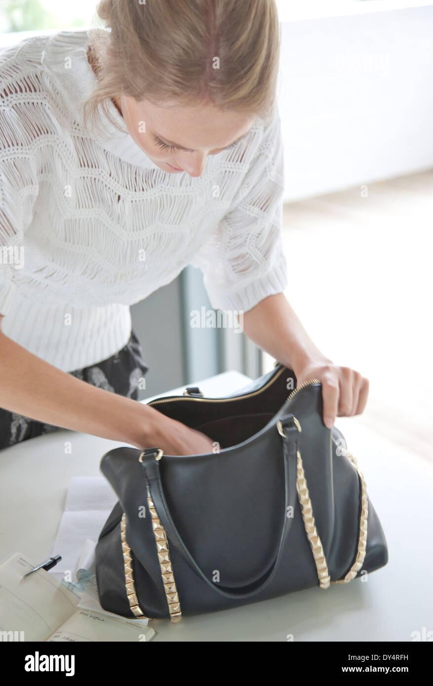 Frau suchen ihre Handtasche Stockbild
