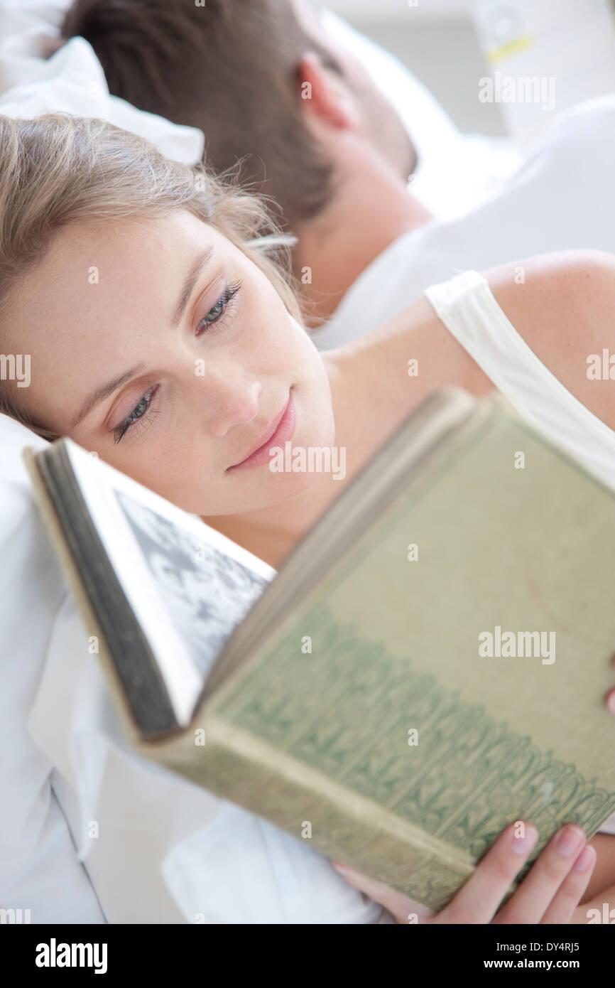 Frau lesen im Bett Stockbild