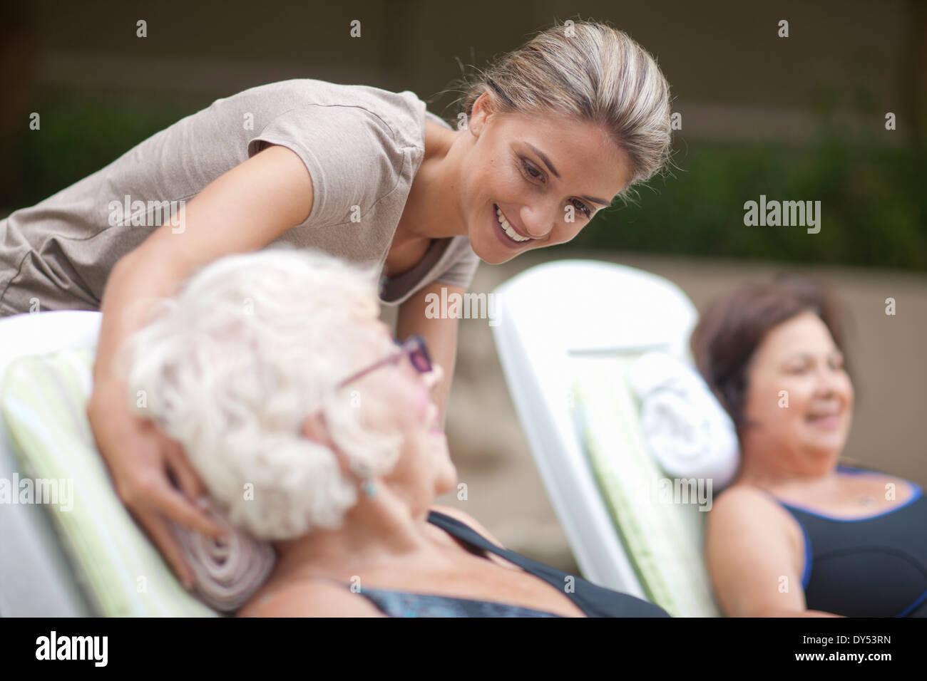 Entspannen Sie sich auf Liegestühlen im Garten der Pension Villa Frauen in Führungspositionen Stockbild