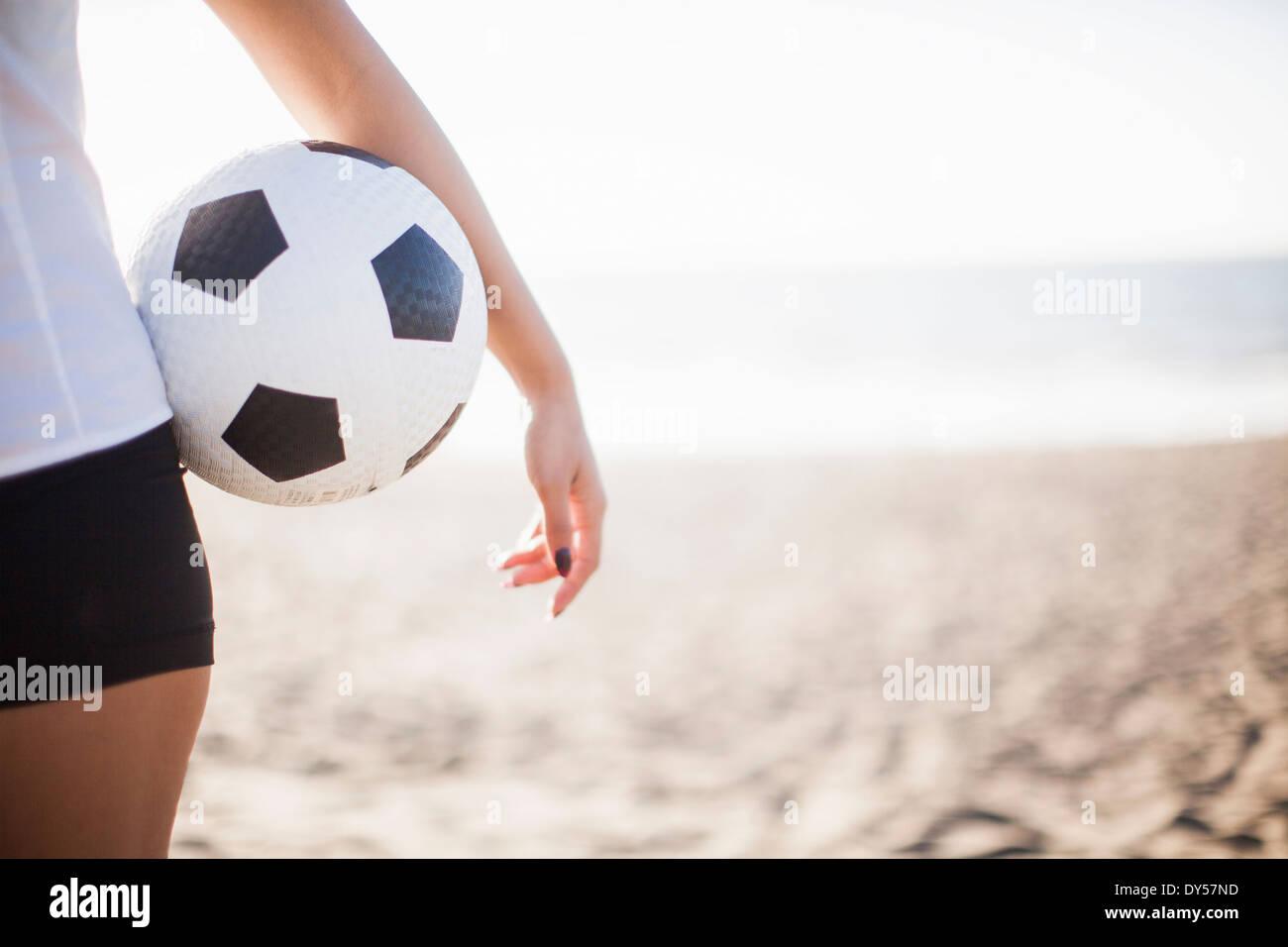 Junge Frau Holding Fußball Stockbild