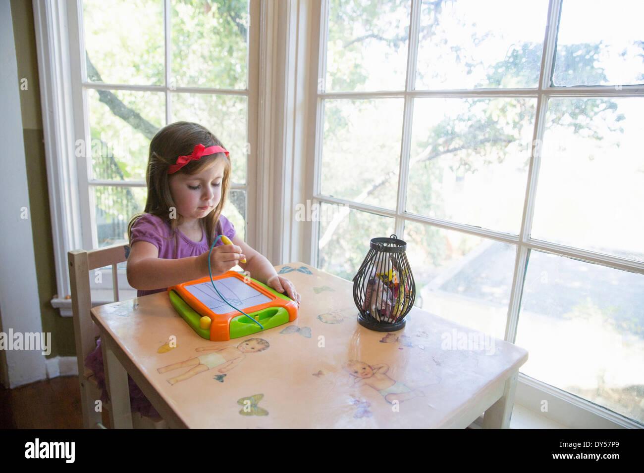 Mädchen im Haus zeichnen Stockbild