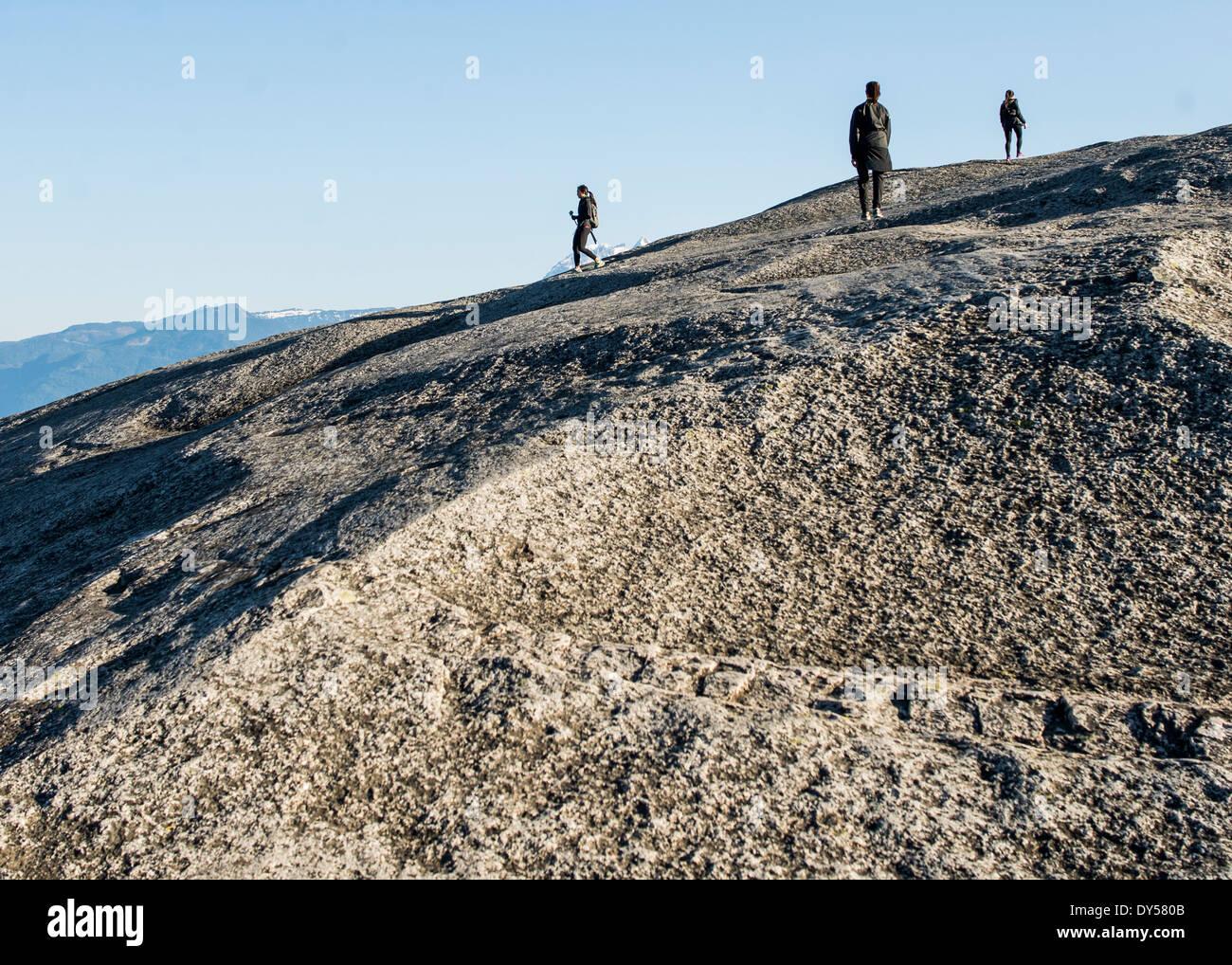 Drei junge weibliche Wanderer auf Felsen, Squamish, British Columbia, Kanada Stockbild