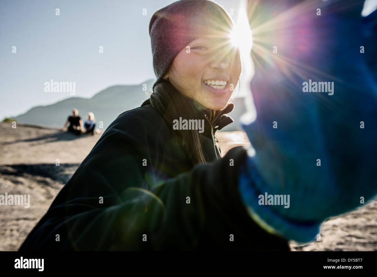 Porträt der schüchterne junge weibliche Wanderer, Squamish, British Columbia, Kanada Stockbild