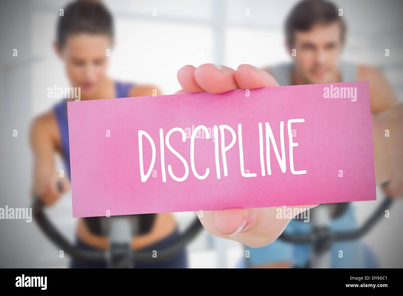 Frau mit rosa Karte Spruch Disziplin Stockbild