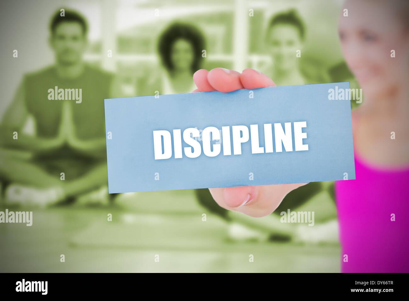 Fit Blondine hält Karte Spruch Disziplin Stockbild