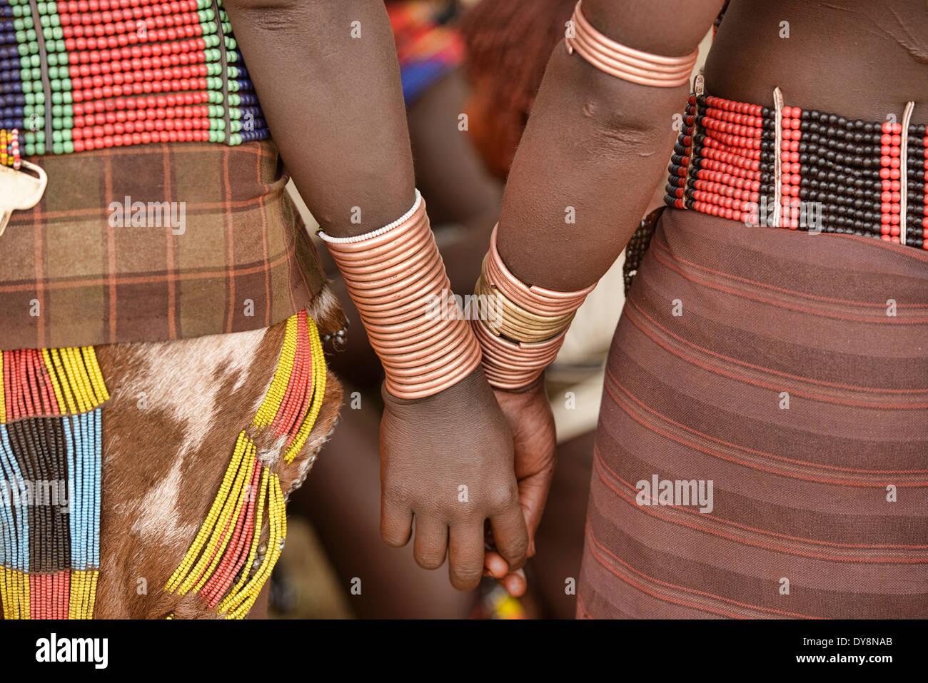 Hamer Frauen mit Armbänder bei einem Stier springen Zeremonie in der Nähe von Turmi im Omo-Tal, Äthiopien Stockfoto
