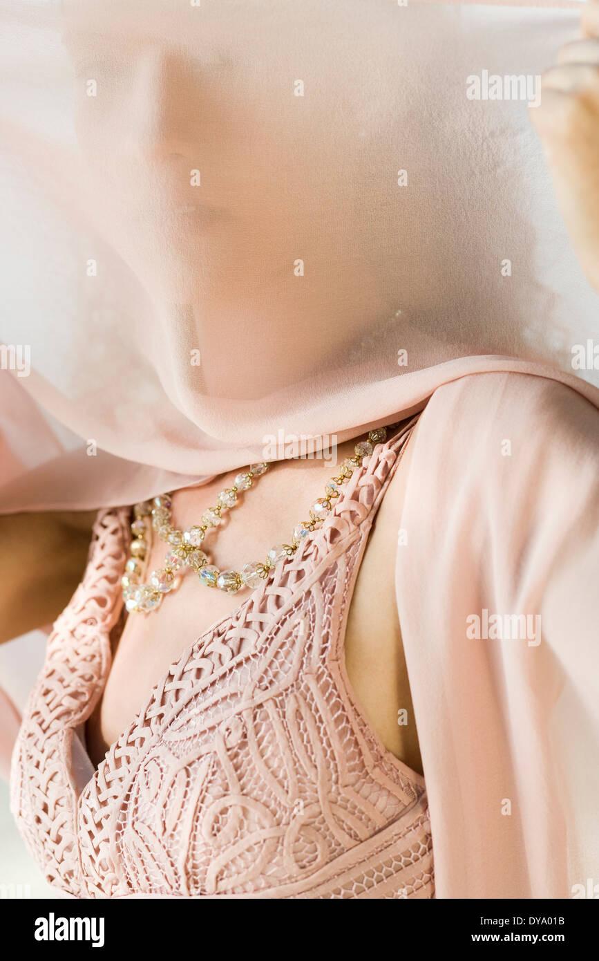 Frau halten Schal vor Gesicht Stockbild