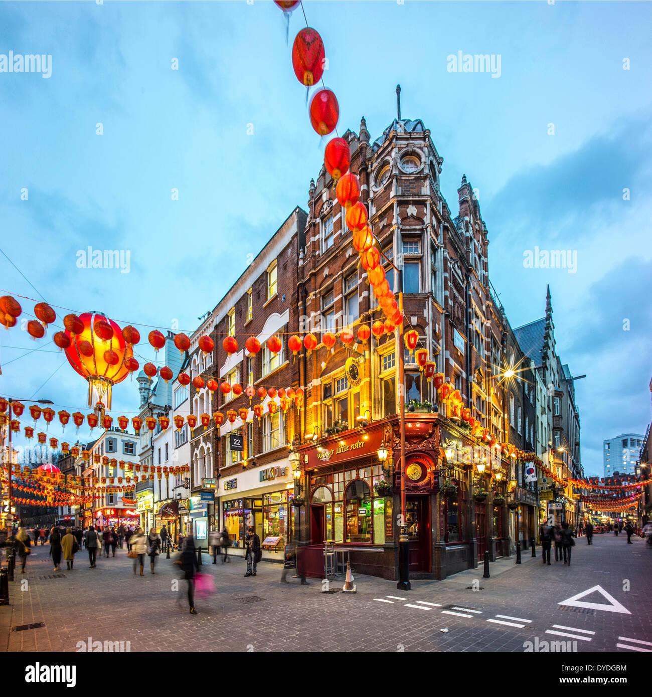 Dekorationen für Chinese New Year in der Wardour Street in London in der Abenddämmerung. Stockbild
