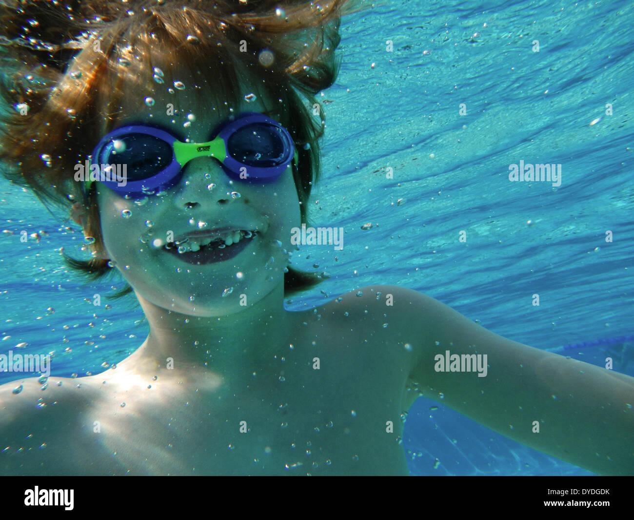 Sieben Jahre alter Junge unter Wasser. Stockbild