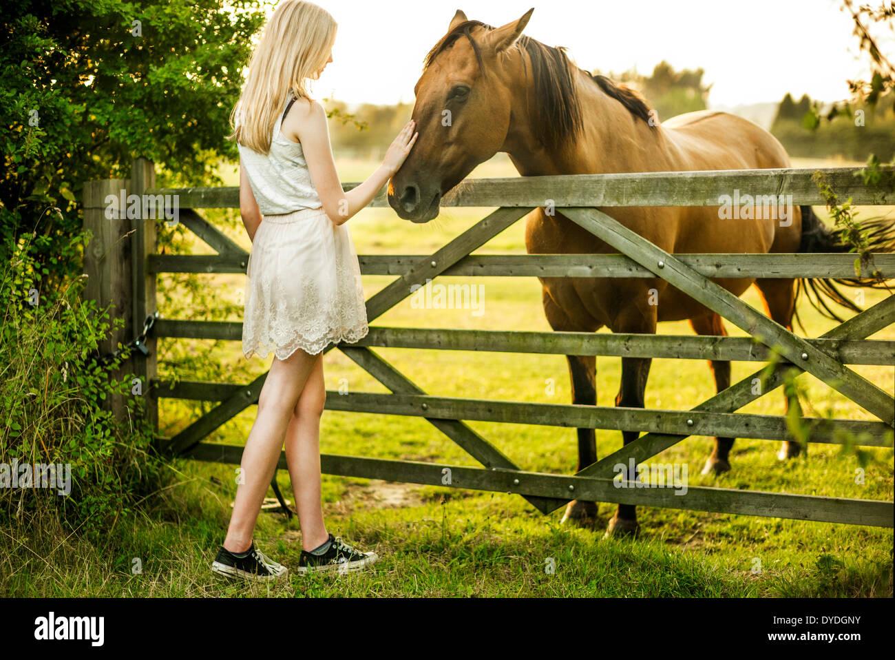 Ein 15 Jahre altes Mädchen mit einem Pferd. Stockbild