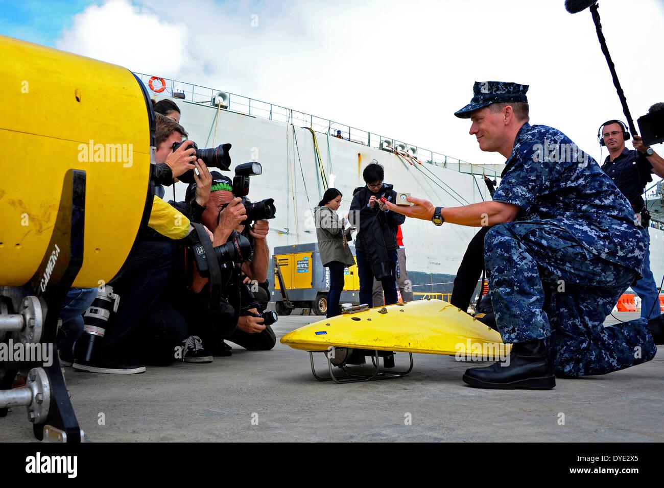 US Navy Captain Mark Matthews, Betreuer der Bergung und Tauchen, zeigt internationale Medien wie die gezogene Array Stockfoto
