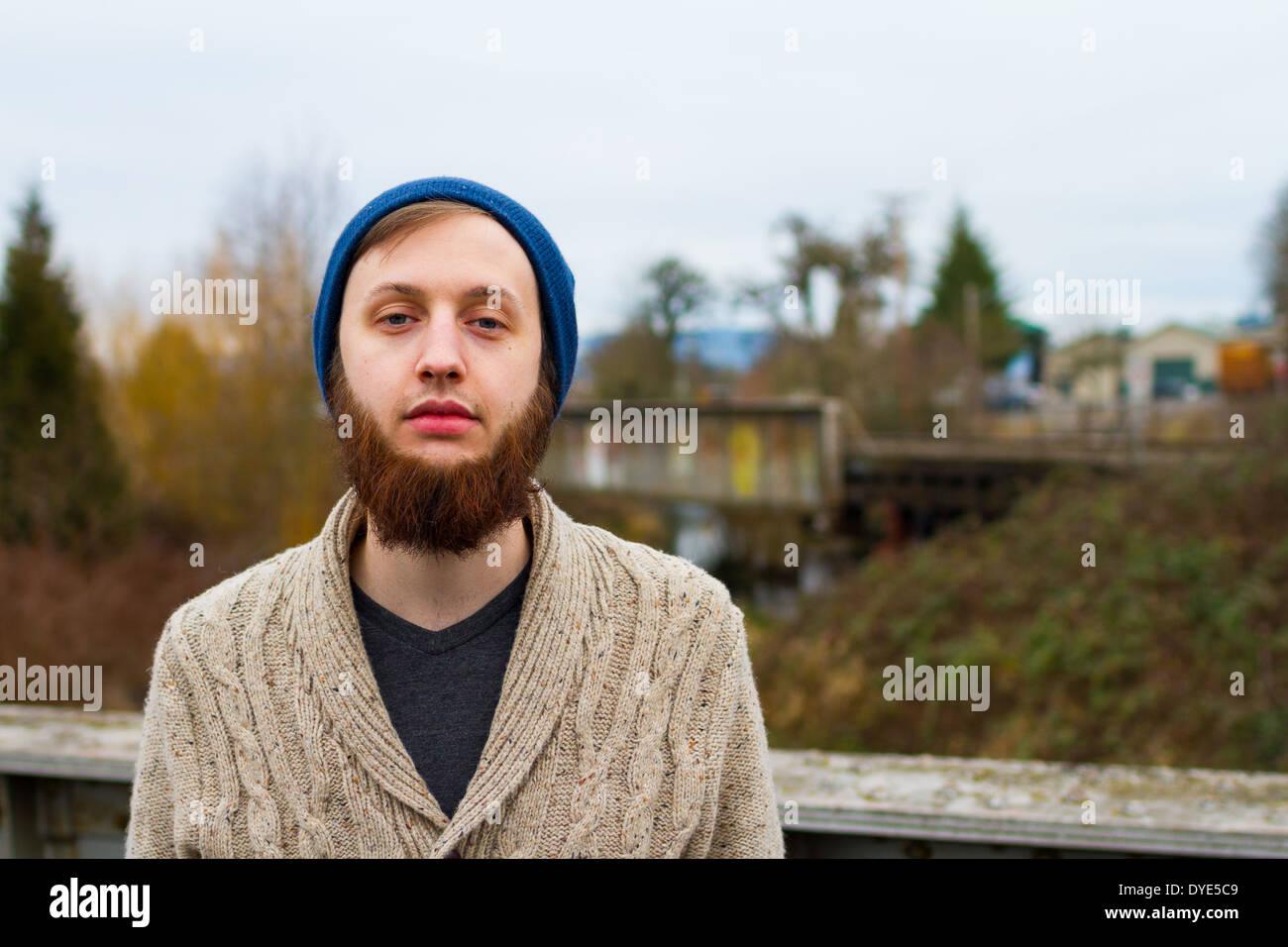 Hipster Kerl zeigen moderne männliche Mode in diesem trendigen Hochformat. Stockbild