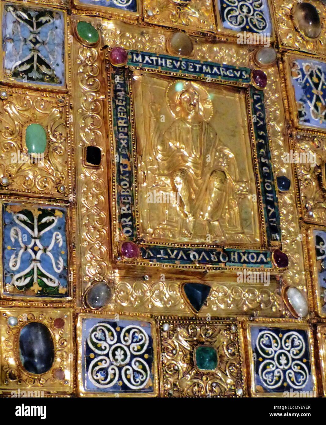Bejeweled religiöse Tafel mit Relief Bild und lateinische Inschrift. Stockbild