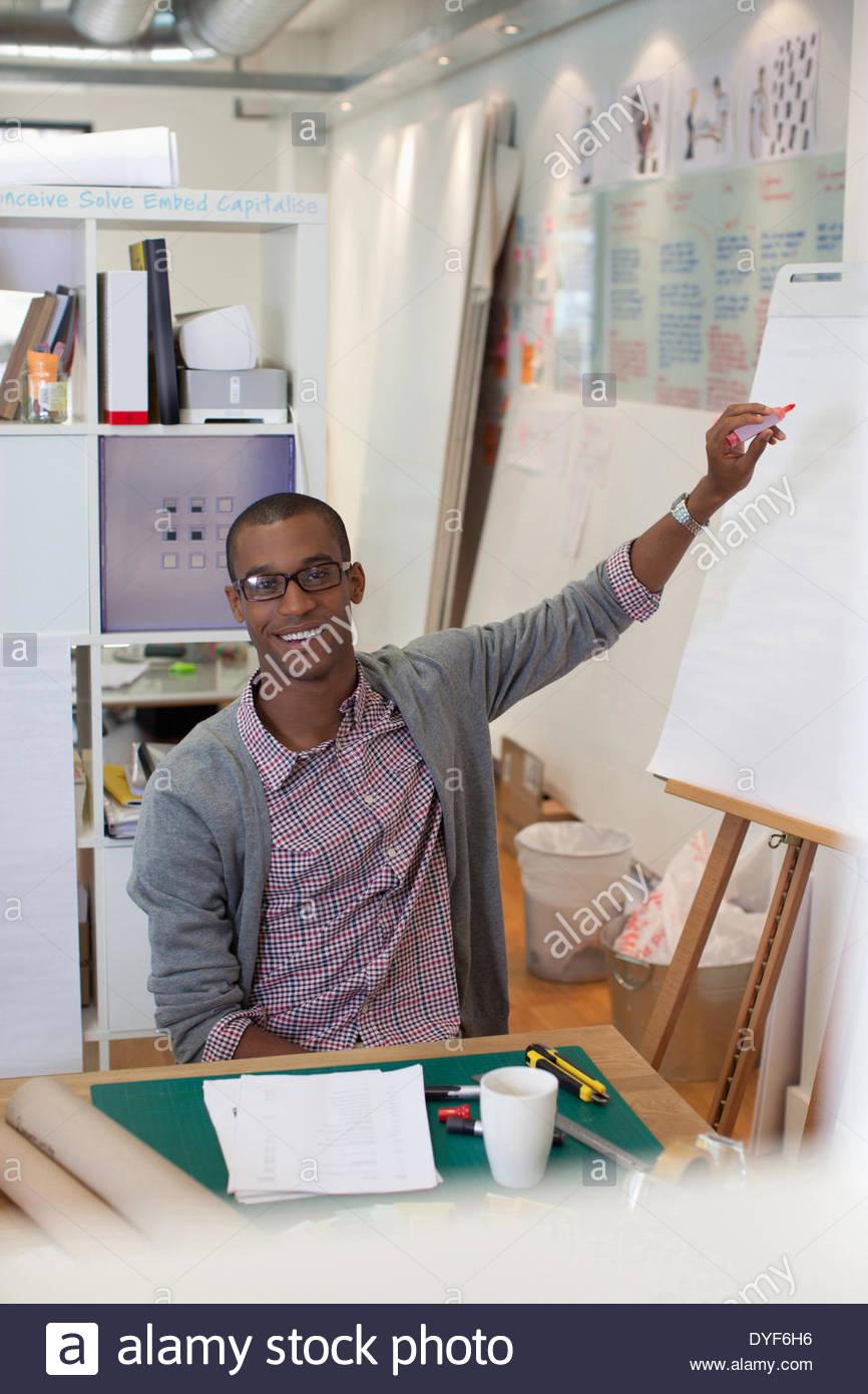 Geschäftsmann Zeichnung Diagramm auf Flip-Chart im Büro Stockbild