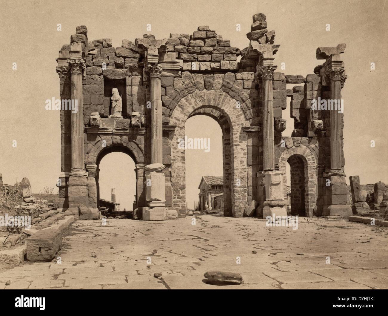 Zusammenfassung: Ruinen des römischen Bogens von Trajan bei Thamugadi (Timgad), Algerien, um 1880 Stockbild