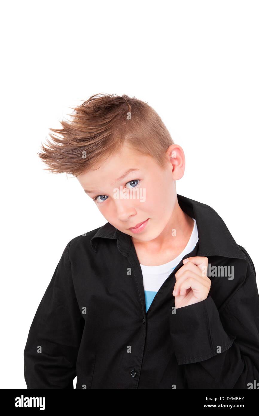 Charmante casual Kid im schwarzen Kleid Shirt und modischen Haarschnitt mit coolen Pose isoliert auf weißem Hintergrund Stockfoto, Bild: 68674983 - Alamy