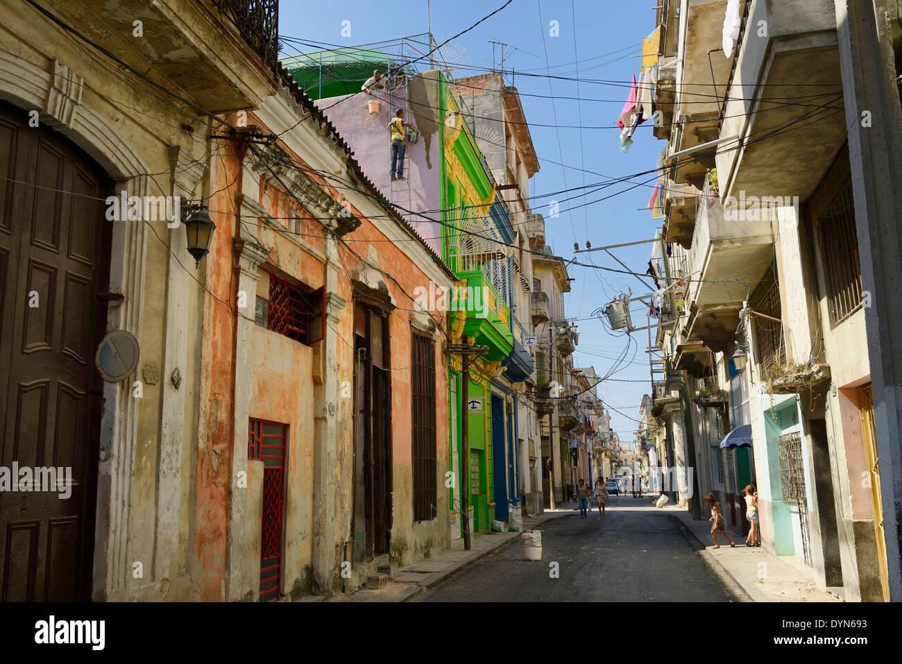 Straße in der Altstadt von Havanna Kuba mit Arbeitern Instandsetzung Wand spielende Kinder und Frauen zu Fuß Stockbild