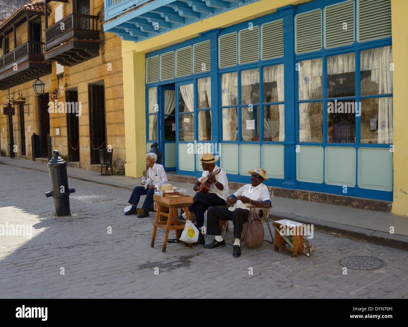 Drei ältere kubanische Straßenmusiker spielen in der Altstadt von Havanna Kuba in der Nähe des Präsidenten Stockbild