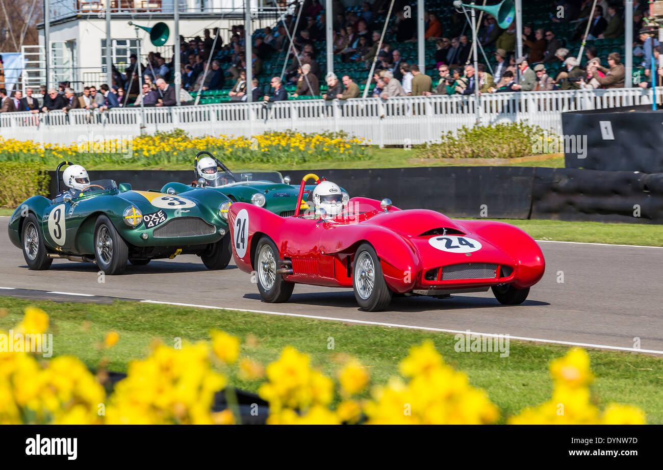 Lotus-Bristol MkX 1955 führt die Aston Martin DB3S, Peter Collins Trophy Rennen, 72. Goodwood Mitgliederversammlung, Stockbild