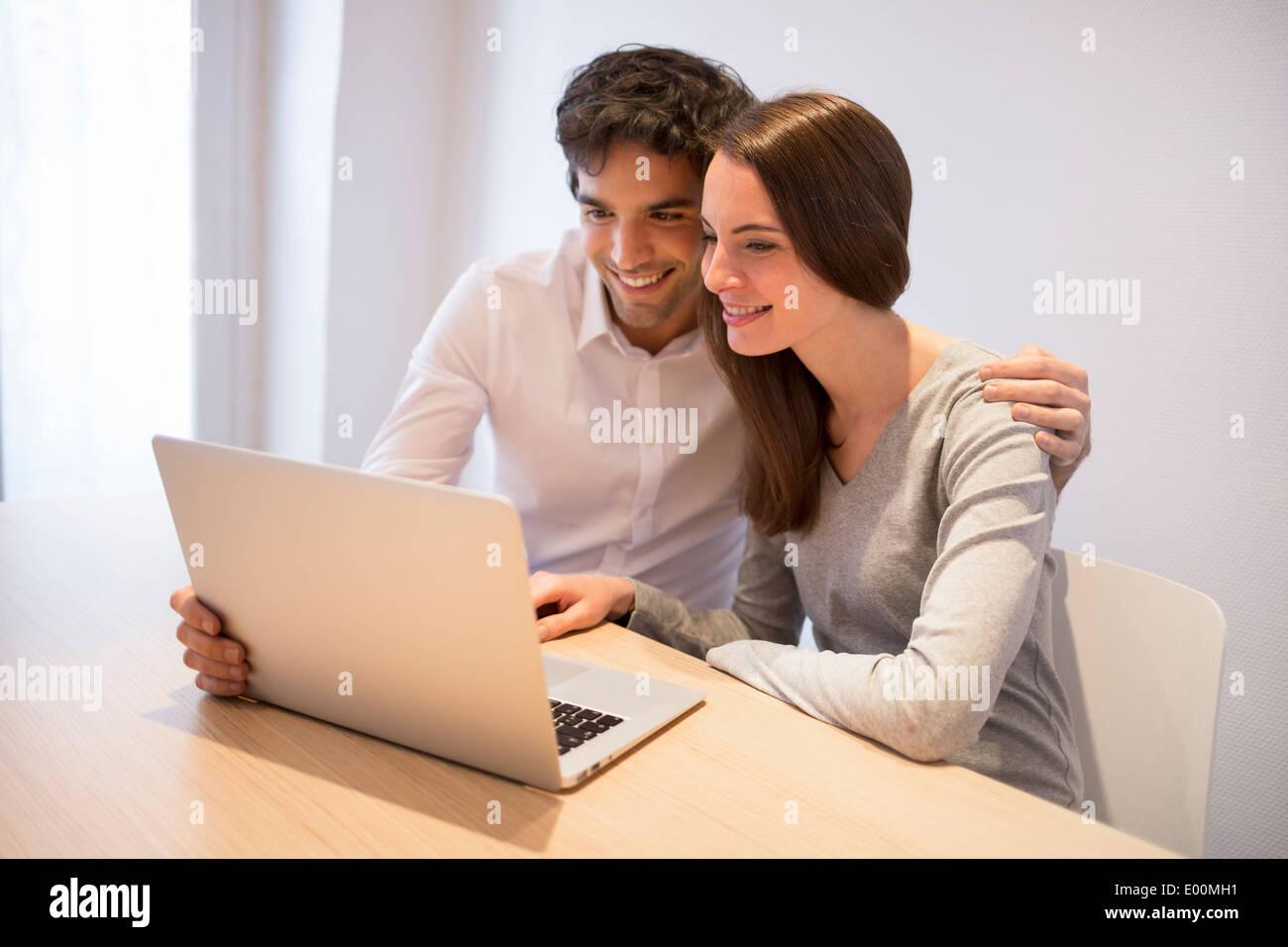Weiblich männlich glücklich Schreibtisch-Computer im Innenbereich Stockbild