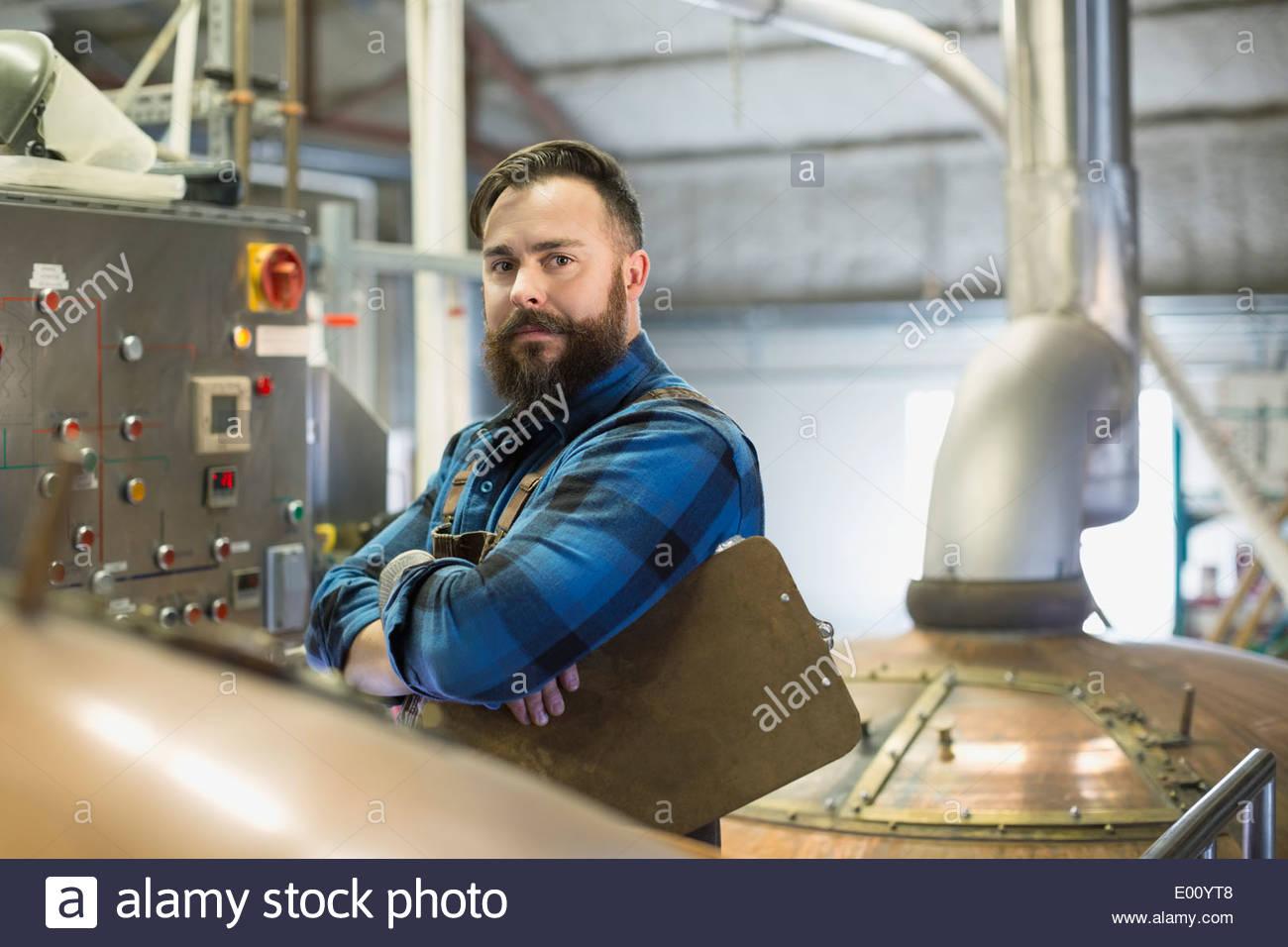 Porträt von Ernst Brauerei Arbeiter am Bedienfeld Stockbild