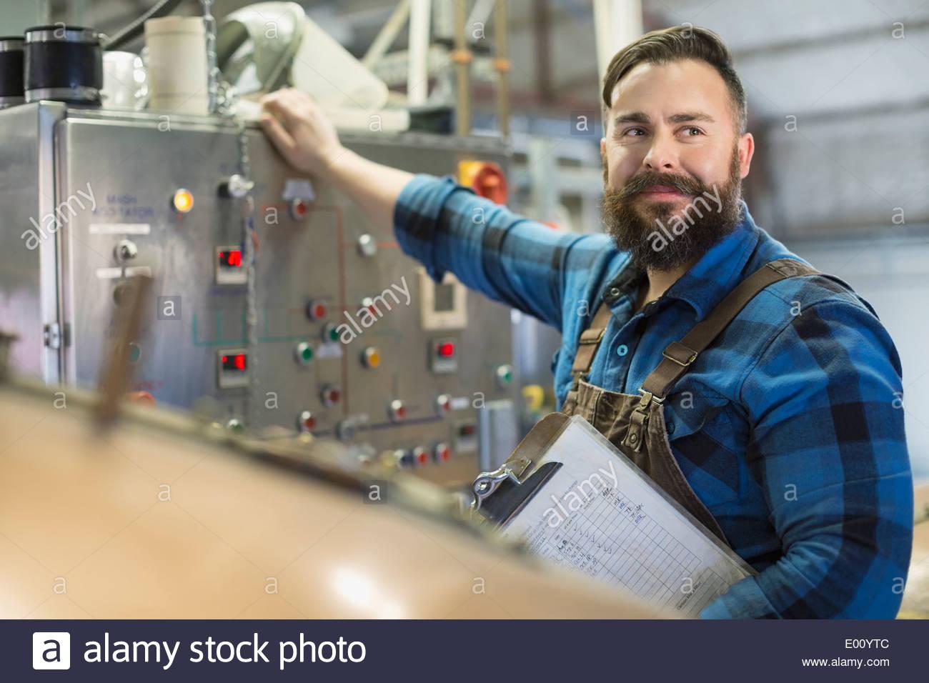 Zuversichtlich Brauerei Arbeiter am Bedienfeld Stockbild