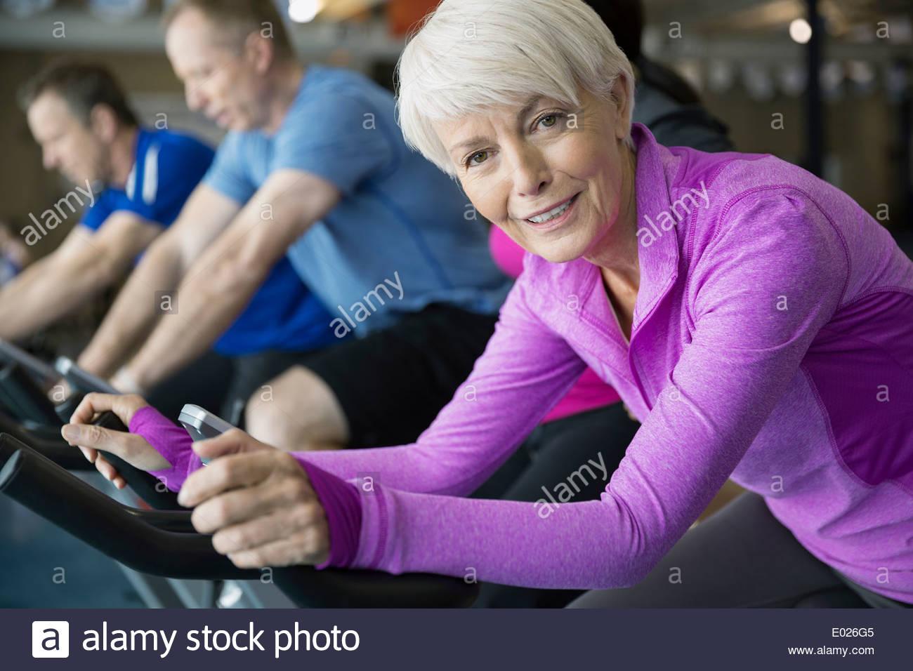 Porträt der lächelnde Frau am Heimtrainer Stockbild