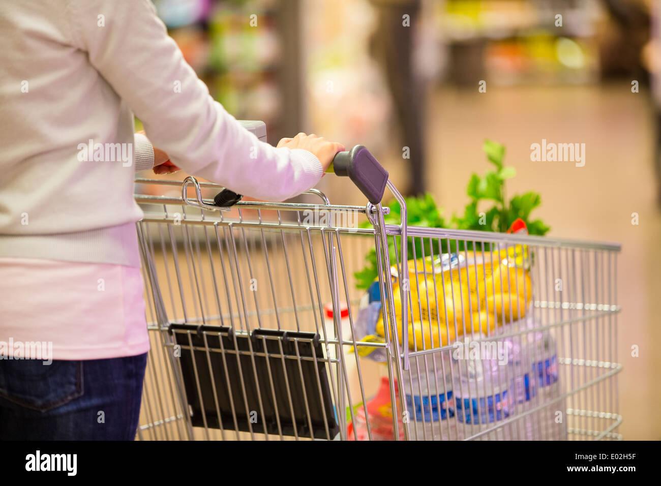Weibliche Trolley Supermarkt Shop Hintergrund Stockbild