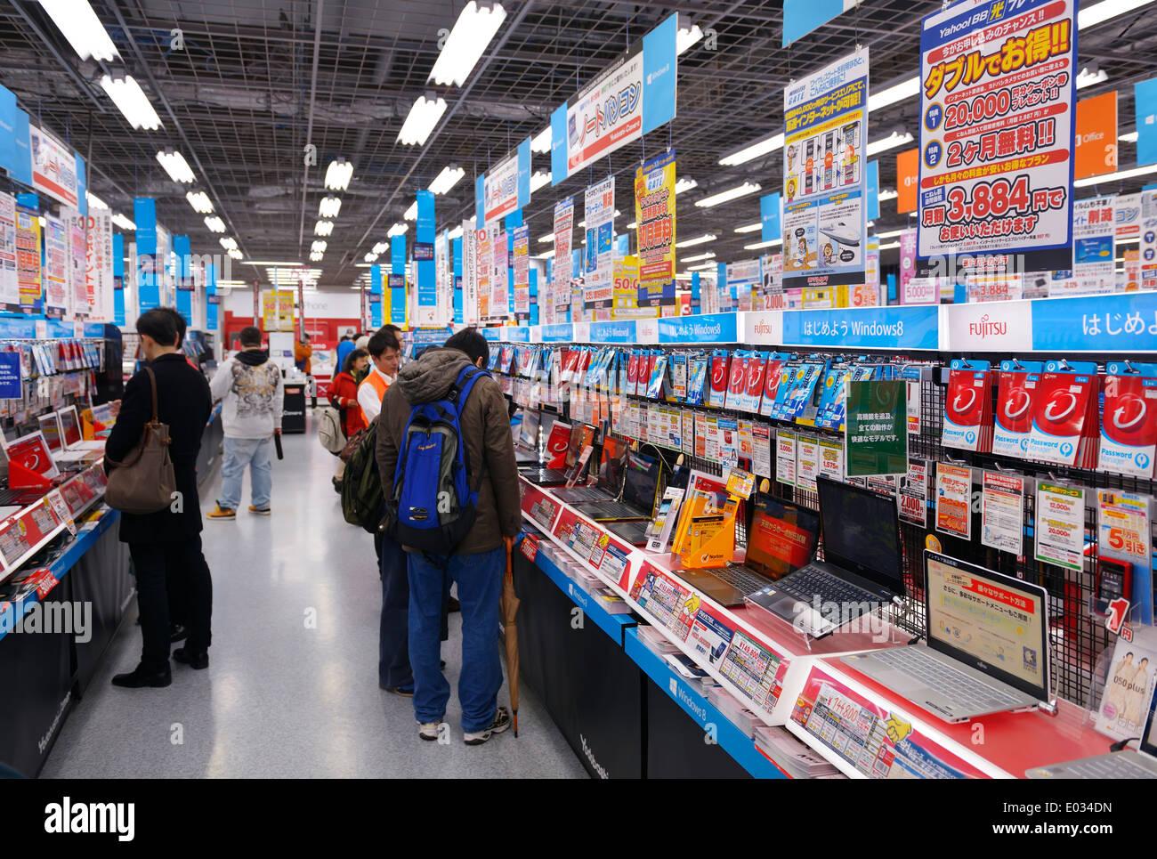 Menschen Sie bei großen Elektronik-Geschäft Yodobashi Kamera Yodobashi Akiba in Akihabara, Tokyo, Japan. Stockbild