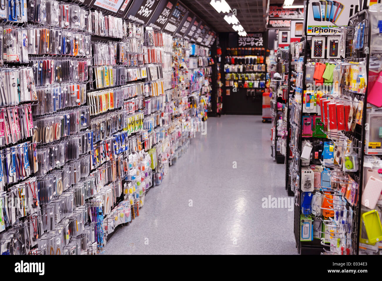 Handy-Zubehör bei großen Elektronik lagern Yodobashi Kamera, Yodobashi Akiba in Akihabara, Tokyo, Japan. Stockbild