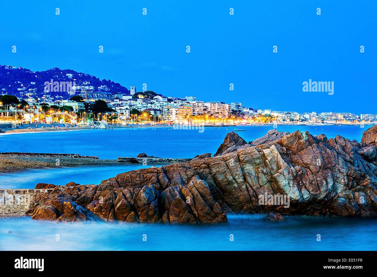 Europa, Frankreich, Alpes-Maritimes Cannes. Bucht von Cannes in der Abenddämmerung. Stockbild