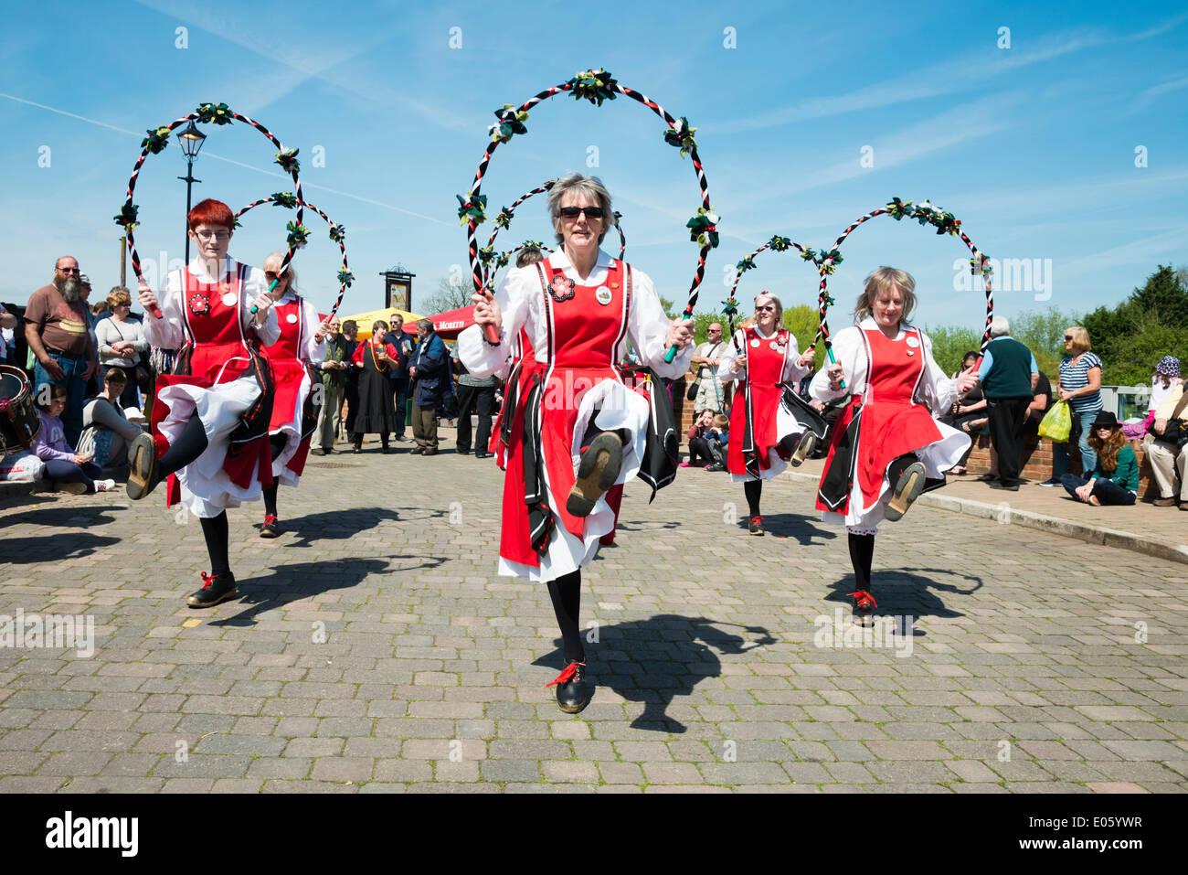 Upton auf Severn, Worcestershire, UK. 3. Mai 2014 Folkloretänzern unterhalten Menschen an einem schönen sonnigen Stockfoto