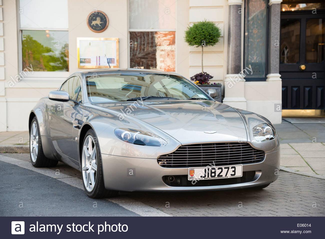 Aston Martin Auto auf der Straße vor einem Hotel, Hereford, Großbritannien. Stockbild