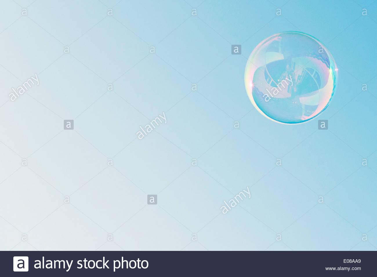 Niedrigen Winkel Ansicht der Blase gegen blauen Himmel Stockbild