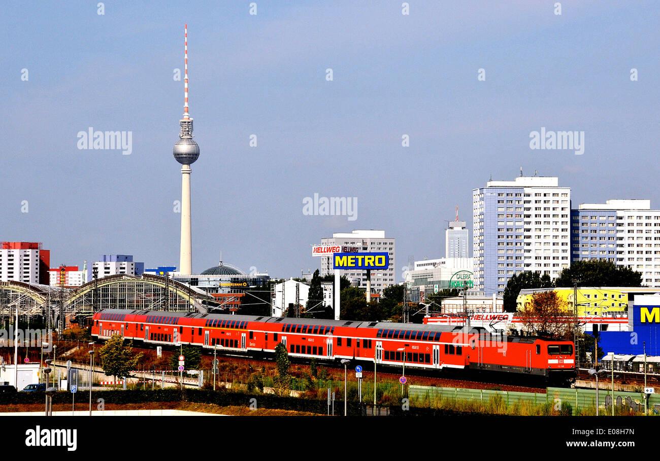 Fernsehturm und regionalen Schulen verlassen Berlin City Deutschland Stockbild