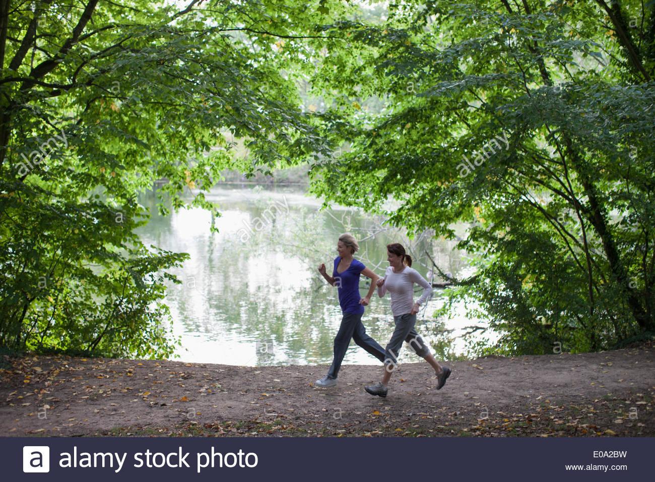 Frauen Joggen zusammen in der Nähe von See Stockbild
